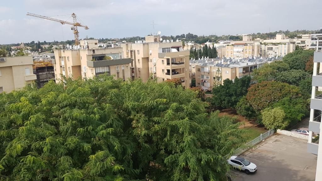 במערב העיר בקרבה לבית ספר יגאל אלון דירת גג
