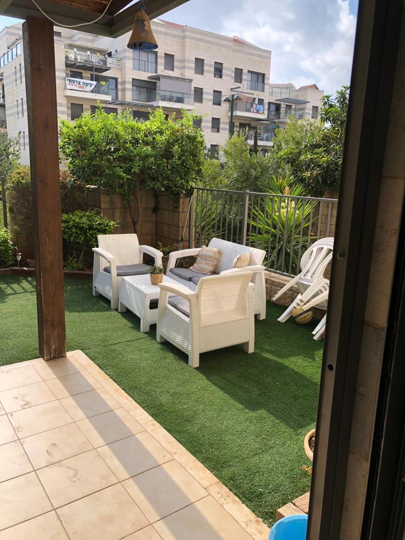 בכפר סבא ברחוב הזמיר דירת גן מושקעת למהירים
