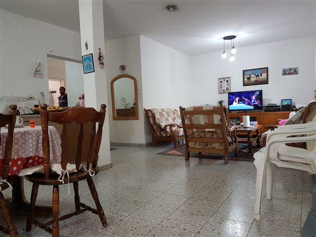 דירה בקומה ראשונה הכוללת חצר גדולה